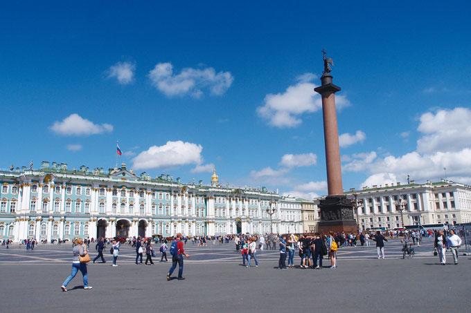 궁전광장. 우뚝 솟은 기념비는 프랑스의 건축가 몽페랑의 작품이다
