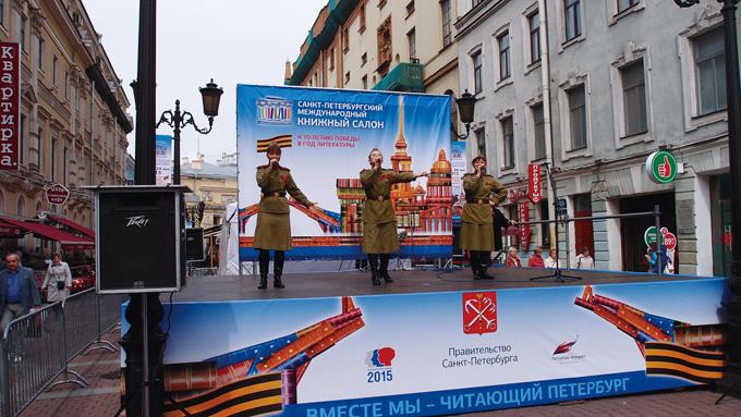 승전 70주년 기념 축제. 당시 여군제복을 입고 승리의 노래를 부르고 있다. 러시아는 여자가 강하다.