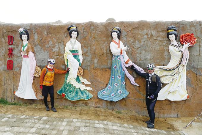 염복도에는 선녀풍의 4명의 미녀 부조상이 있다