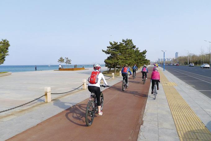 연태대학 앞의 해변광장을 지나는 자전거도로