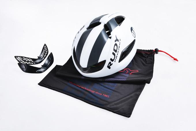 부스트01의 기본구성품. 이제 헬멧백은 필수로 제공하는 문화가 여러 브랜드에 자리잡았다.