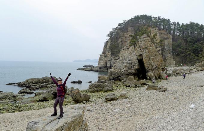 사곶해변과 콩돌해변 사이에는 기암절벽과 작은 해변이 숨어 있다