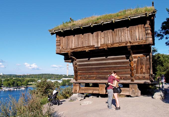 스칸센의 과거 곡식 창고. 지븡에 잔디를 심어 놓은 것이 이색적이다