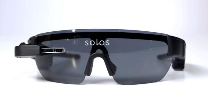 솔로스는 오른쪽 렌즈 앞에 설치된 동공 크기의 디스플레이를 통해 다양한 정보를 제공하는 스마트 고글이다.