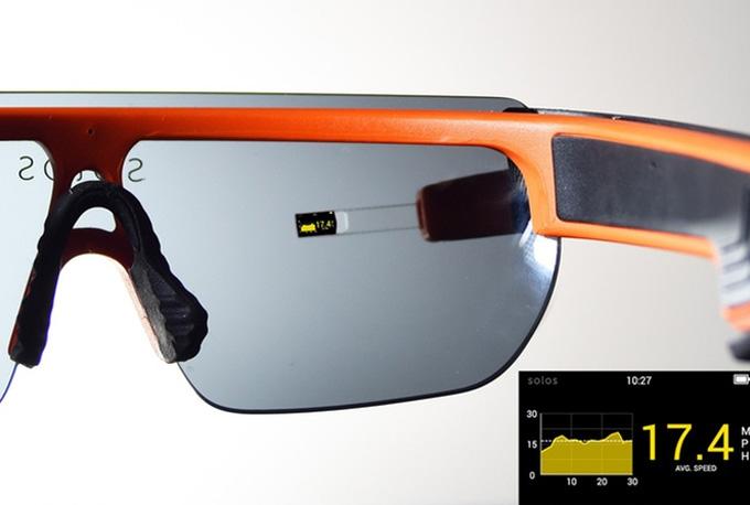 라이더가 솔로스 스마트 고글을 착용하면 동공 크기의 디스플레이가 렌즈에 겹쳐지면서 눈앞에 펼쳐진 듯 보인다.