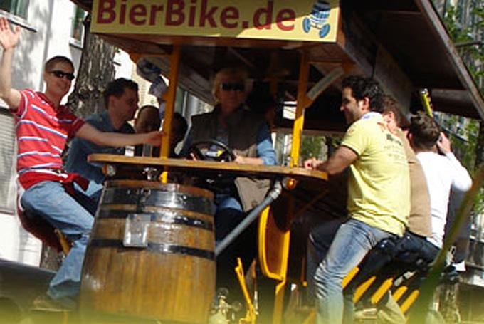 비어 바이크는 맥주를 마시며 멀지 않은 거리의 시내 곳곳을 달리는 독일의 관광 자전거다.