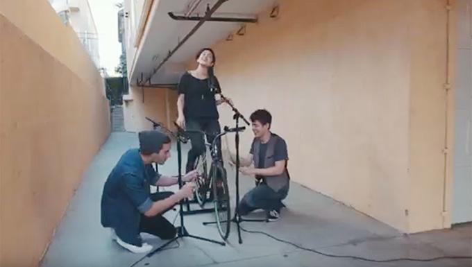 한 동영상 공유 사이트에서 자전거로 연주한 음악이 화제가 되었다.