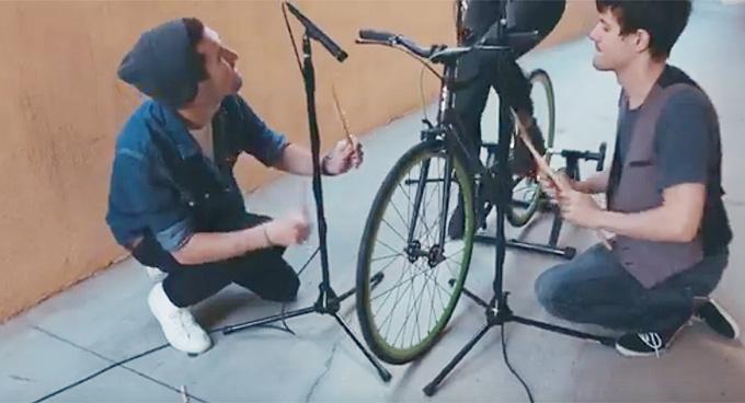 자전거 연주 영상 한 장면