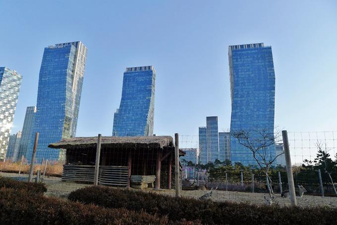 기묘한 설계의 빌딩과 초가집이 묘한 대조를 이룬다.(센트럴공원)