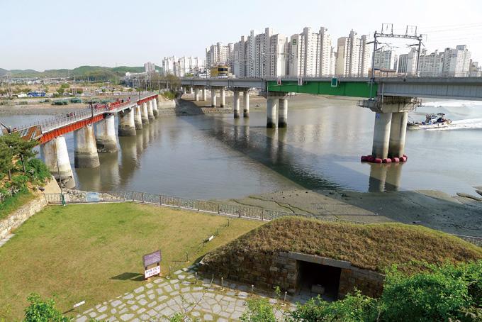 소래포구 댕구산에서 바라본 옛 소래철교(왼쪽)와 수인선 전철(오른쪽). 발밑으로 장도포대가 보인다.