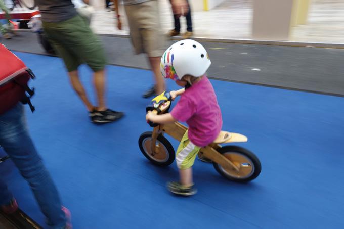 자전거는 어릴 때 잘 배워야 한다(독일 꼬마아가씨의 조기교육중. 2015 유로바이크)