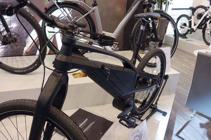 전기자전거는 프레임부터 전체 설계가 일반 자전거와 다르다. 배터리 장착이 돋보인다.