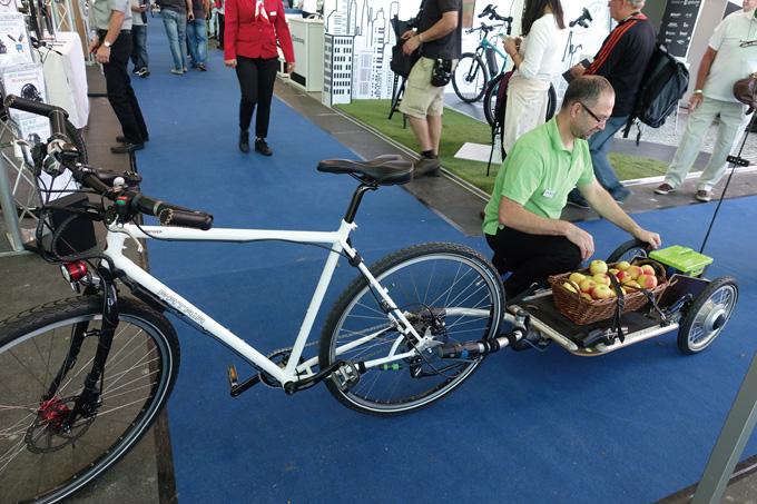 트레일러에 모터를 달아서 자전거에 연결하면 전기자전거가 되는 새로운 컨셉트. 뒤에 실린 사과는 관람객이 먹어도 된다.(팬 서비스)