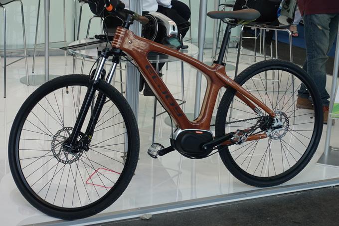 센터방식의 모터를 장착한 친환경 나무 전기자전거