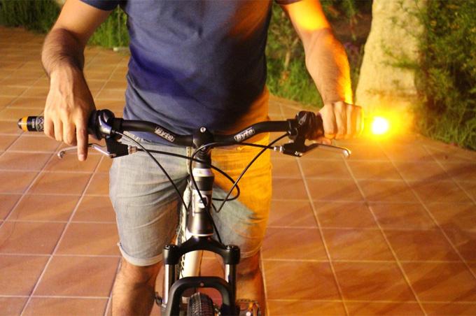 윙라이트는 자전거 핸들바 끝에 끼워 깜빡이가 없는 자전거에 방향지시등 역할을 하는 자전거 액세서리다.