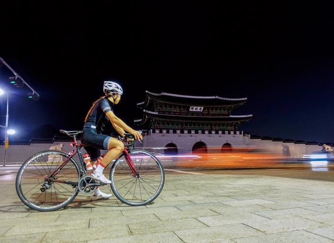 자전거로 이 밤의 끝을 잡거나, 혹은 새벽을 열거나
