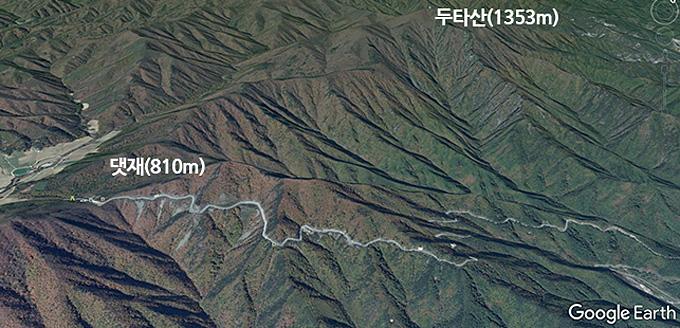 댓재 위성사진. 두타산(1353m) 기슭을 거쳐 백두대간을 넘어 스케일이 대단하다.