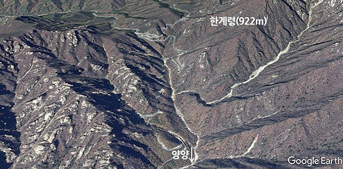 설악산 암봉들을 스쳐지나는 한계령(922m)은 경관에서 단연 1위다.