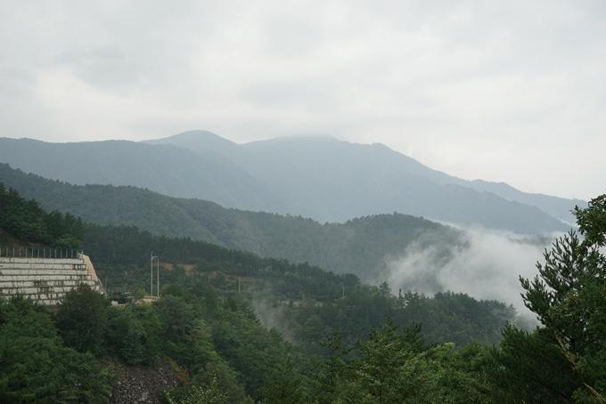 댓재(810m)로 치오르는 구름 뒤로 두타산(1353m)이 구름을 이었다.