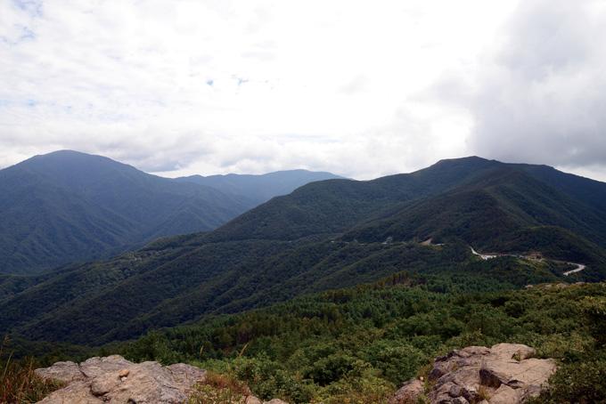지리산 서북주릉을 넘는 정령치(1172m, 오른쪽 능선 위)를 가까운 고리봉(1305m)에서 바라본 풍경. 왼쪽부터 반야봉(1732m), 노고단(1507m), 만복대(1437m)가 하늘을 찌른다.
