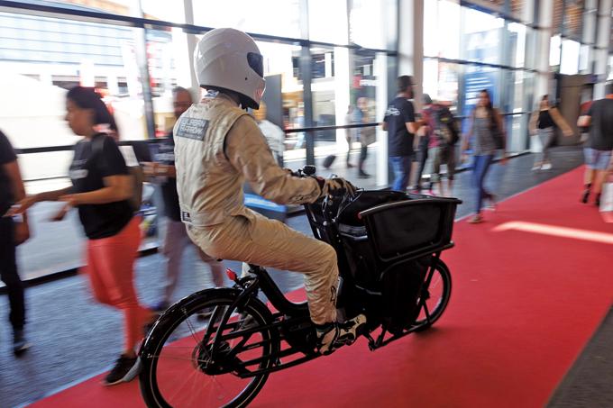 튀어야 시선을 끌 수 있다. 전기자전거를 위한 브로셔 나눠주기 홍보작전