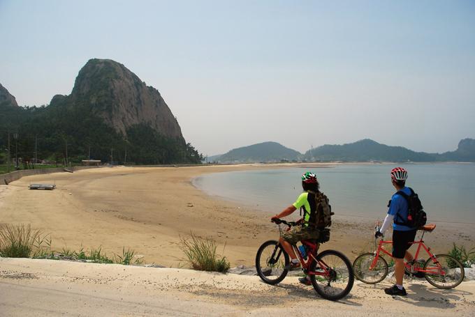 선유도의 대표적인 풍경인 망주봉(110m)과 명사십리해수욕장