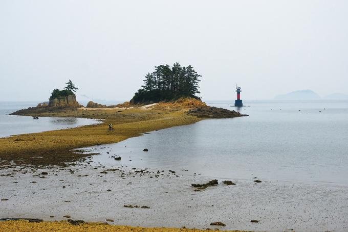 무녀도 최북단의 바위섬은 한때 선유도에서 가장 오지였지만 고군산대교 개통으로 가장 먼저 만나는 풍경이 되었다