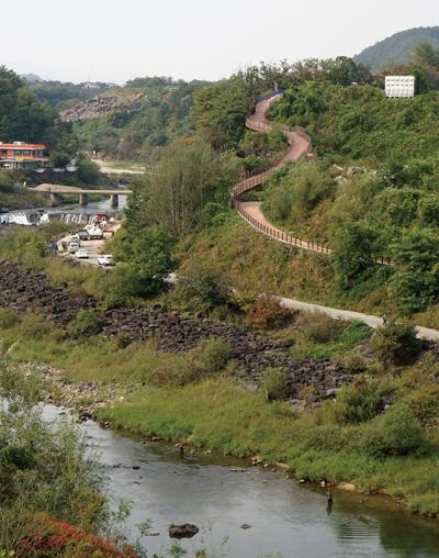 직탕폭포 주변에는 한탄강 동쪽에도 멋진 산책로가 나 있다