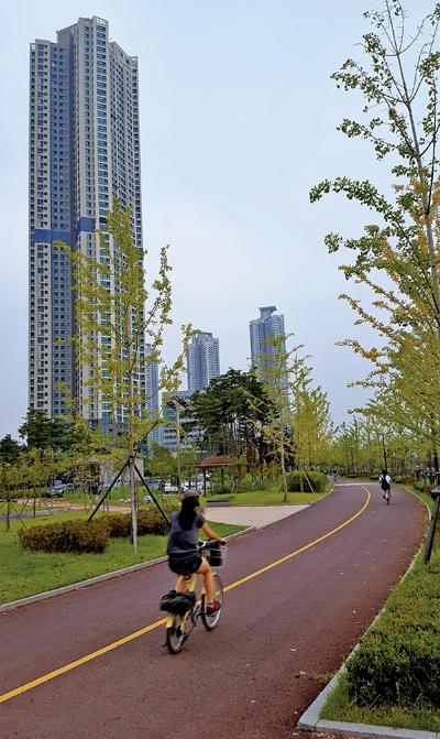 59층 초고층아파트(청라 푸르지오) 옆으로 호수공원을 일주하는 자전거도로. 한바퀴 4.5km이다