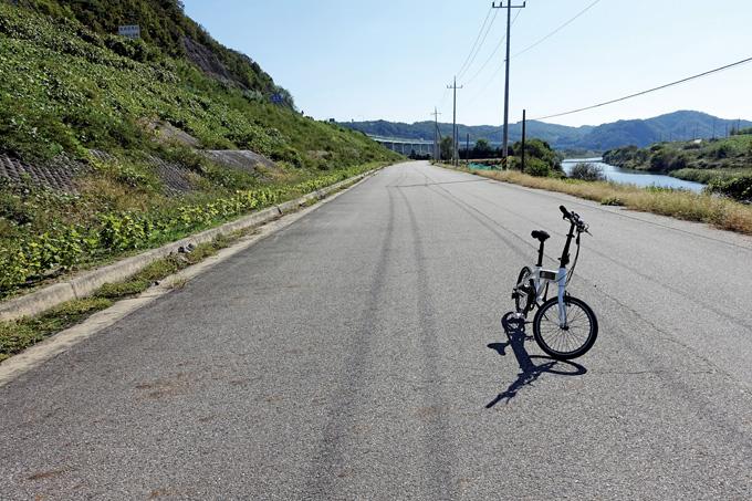 금강을 건너는 '천안논산고속도로'가 좌측으로 달린다. 누가 더 넉넉하게 가고 있는지는 대봐야 안다.(공주 우성)