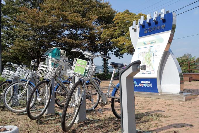 비를 맞고 있는 공짜 자전거. 의욕만 넘치는 전시행정으로 녹슬어 가고 있는 중이다. 제 자전거처럼 다뤄라(대전 대덕)