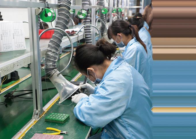 컨트롤러 회로 조립라인. 먼지나 이물질이 들어가지 않도록 작업자마다 집진기가 설치되어 있다.