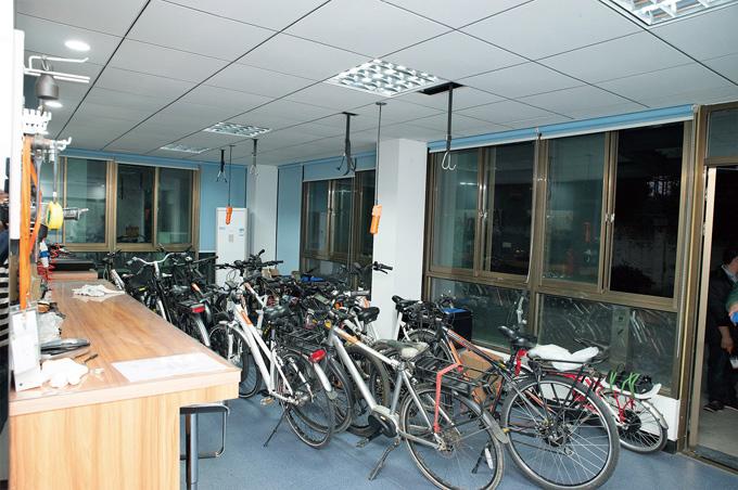 완성차에 장착해서 실전 테스트 중인 자전거들. 8명의 연구원이 출퇴근과 테스트로 매일 100km를 달린다.