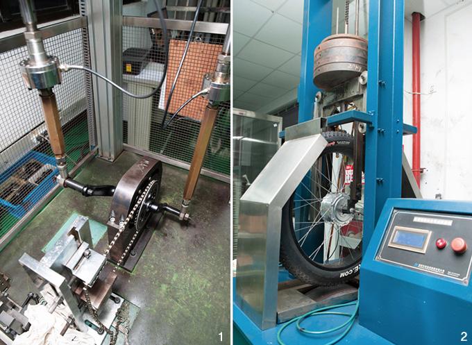 1 센터 드라이브 제품의 크랭크암에 압력을 가해 내구성을 시험중이다. 2 수직하중 테스트 중인 허브 모터