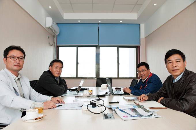 인터뷰를 진행한 회의실 모습. 왼쪽부터 기자, 벨로스타 최윤호 부장, 펑화 부장, 왕칭화 사장
