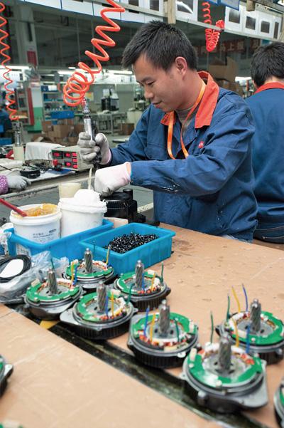 6개의 생산라인에서 100여명이 일한다. 작업 공간이 널찍하고 환경이 깨끗해서 직원들의 만족도가 높다고 한다.