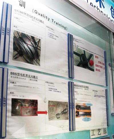 고객사로부터 접수된 불량품 사례를 벽에 붙여 두고 거푸 실수하지 않도록 주의하고 있다.