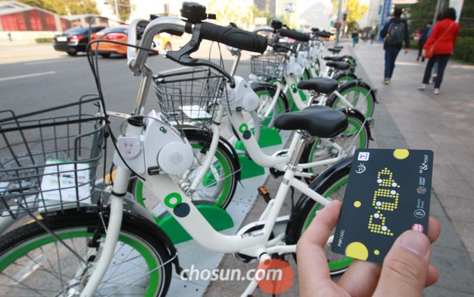 따릉이 이용자의 가장 큰 불만 사항은 교통카드와 연계 등 앱 이용 방법이 어렵다는 점이었다.
