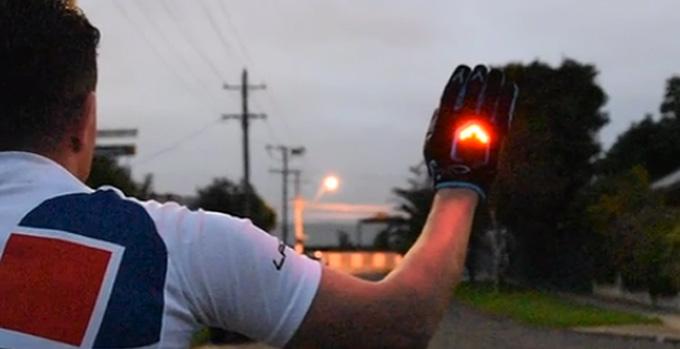 BeSEEN(비씬)은  어둠 속에서 LED 조명을 통해 수신호 전달을 도와주는 자전거 장갑이다.
