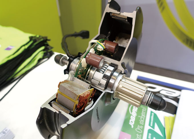 네오드라이브(Neodrive)의 고성능 기어리스 후륜 허브모터로 다이렉트 모터라고도 불린다. 고출력용 모터에 주로 사용되는 방식이다