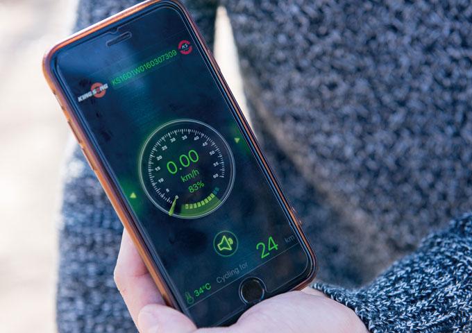 속도, 거리, 온도 등의 정보표시와 주행모드 설정을 할 수 있는 킹송 어플리케이션