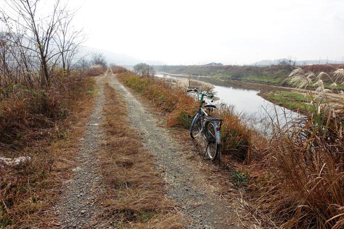 겨울 강으로 마실 나온 자전거. 잔챙이라도 잡을까하고 강가로 내려간 촌로는 그저 끌탕이다