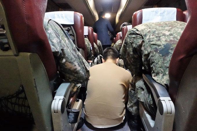 광주송정발 상무대행 버스. 군인들의 귀대시간은 예나 제나 어김없다. 민간인은 쌀속의 뉘같이 드문드문하다(장성읍)
