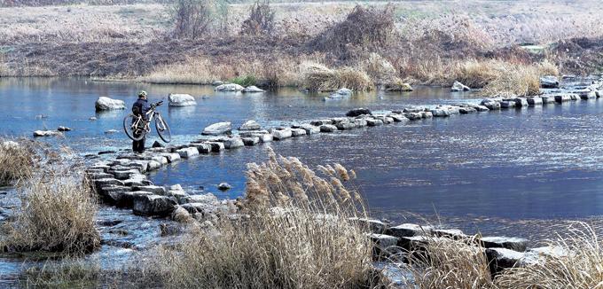 겨울 강으로 마실 나온 자전거. 잔챙이라도 잡을까하고 강가로 내려간 촌로는 그저 끌탕이다.