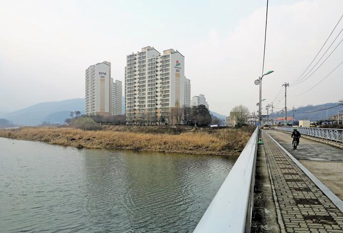 왕산교에서 바라본 경안천 풍경이 이름값을 제대로 한다. 아파트 넘어서 한참을 가야 포은 정몽주 선생의 묘소가 있다.