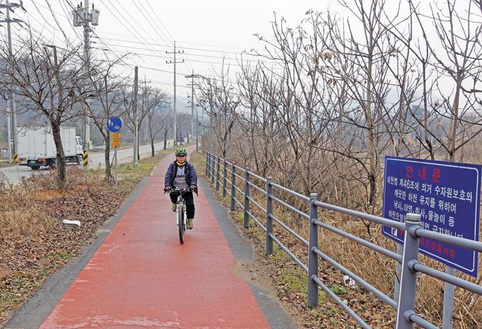 도랑 수준이지만 강둑길은 친절하게도 잘 닦여져 있어 철을 가리지 않고 자전거 손님들이 찾는다.(용인 처인)