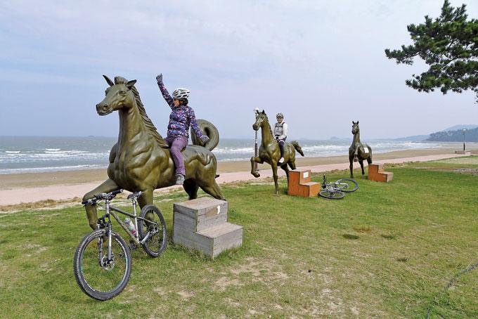 대광해변은 국내 승마 동호인들의 메카이기도 하다. 튤립공원 앞에 조성된 말 조형물