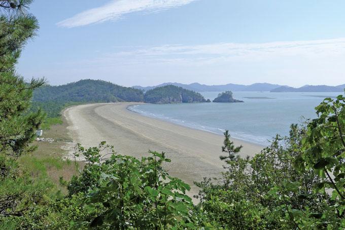 대둔산 임도에서 바라본 어머리해변. 해변 끝자락에 용난굴이 있다