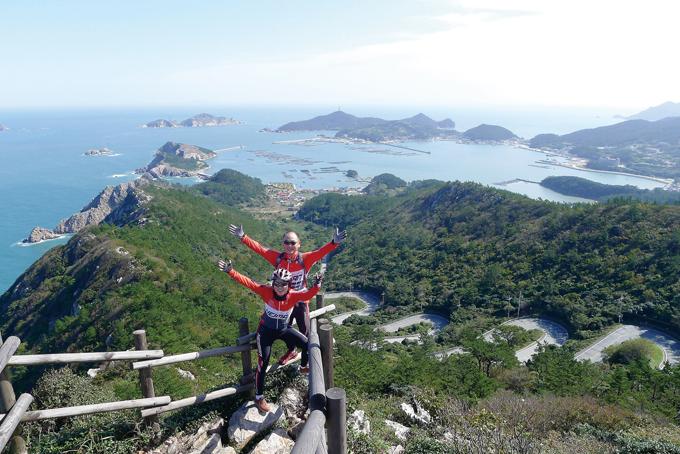 상라산봉수대전망대에서 바라본 열두구비길과 섬과 능선에 오목하게 둘러싸여 천혜의 만을 이룬 흑산항