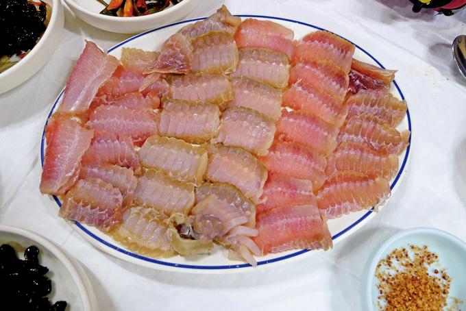 흑산도에 와서 본토 홍어 맛을 보지 않을 수 없다.